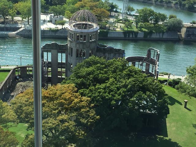 原爆ドームから見下ろすおりづるタワー